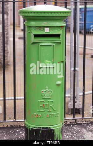 West-Belfast, Nordirland. 25. März 2016.  Ein königliche Säule Briefkasten ist in der Regel rot ist in der Vorbereitung - Stockfoto
