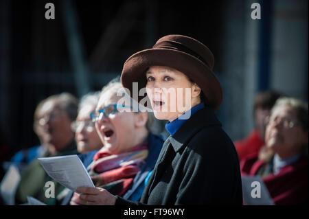 """Aberystwyth, Ceredigion, West Wales, UK 25. März 2016, Karfreitag: die Schar der Gläubigen an die """"Wanderung des - Stockfoto"""