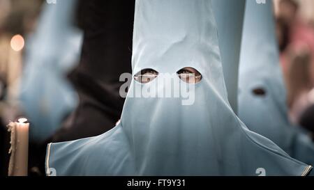 Eine katholische Büßer, die Zugehörigkeit zu einer Cofradias oder religiöse Bruderschaft, trägt eine traditionelle - Stockfoto