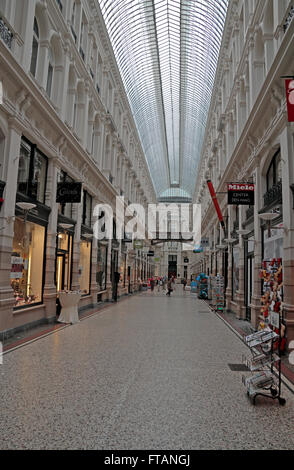 https://l450v.alamy.com/450vde/ftangj/in-der-passage-shopping-centre-in-den-haag-niederlande-ftangj.jpg