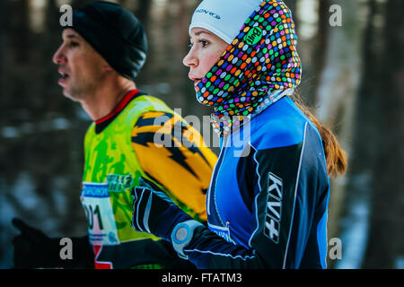 Jekaterinburg, Russland - 14. November 2015: Gesicht Closeup schöne Mädchen Athleten laufen durch den Park im Winter - Stockfoto