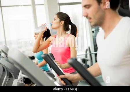 Frau, training und Trinkwasser in der Turnhalle - Stockfoto