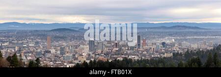 Portland Oregon Innenstadt Stadtbild mit Mount Hood Panorama - Stockfoto