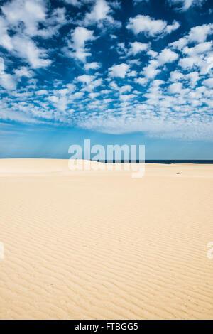 Dünen gegen blaue Meer, Corralejo Dünen Naturpark, Corralejo, Fuerteventura, Kanarische Inseln, Spanien - Stockfoto