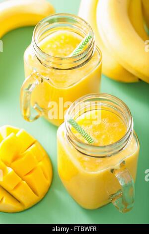 gesunden Mango-Ananas-Smoothie in Einweckgläser - Stockfoto
