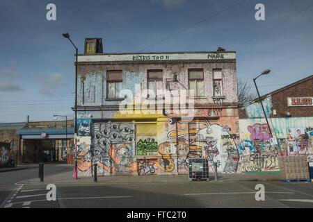 Hackney Wick Gebäude bedeckt im Graffiti verlassenen pub - Stockfoto