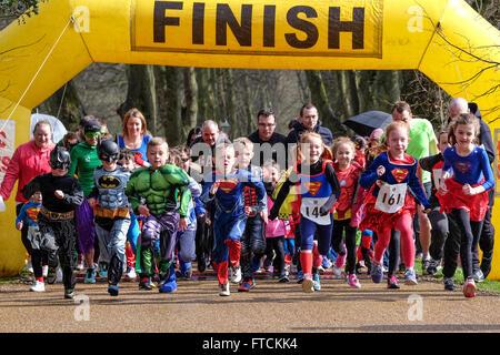 Gruppe von Kleinkindern gekleidet als Superhelden begeben Sie sich auf Charity-Rennen - Stockfoto