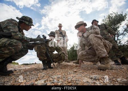 150626-M-YH418-004: VOLOS, Griechenland (26. Juni 2015) - Sergeant James Knox, eine explosive Ordnance Entsorgung - Stockfoto