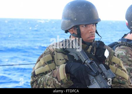 150831-N-ZZ999-001 Mittelmeer (31. August 2015) Quartiermeister 3. Klasse Cole Murphy aus Jamaica, New York, beteiligt - Stockfoto