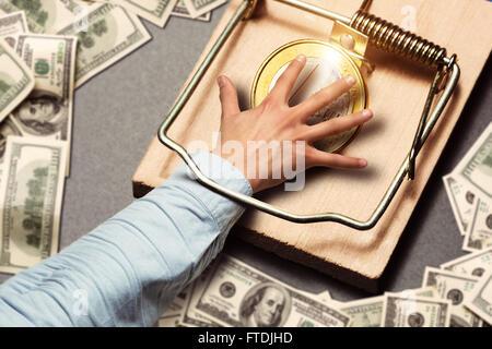 Männliche Hand Kommissionierung eine Goldmünze - Stockfoto