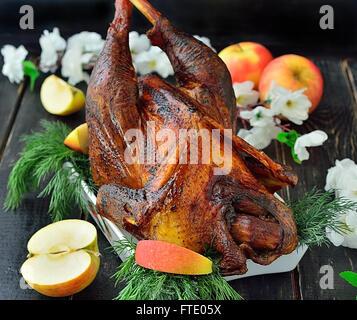 Huhn Hahn gebacken mit Äpfeln auf dem Tisch - Stockfoto