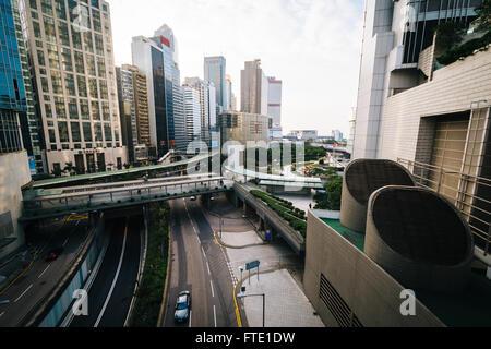 Blick auf die Wolkenkratzer und eine Straße im Central, Hong Kong, Hong Kong. - Stockfoto