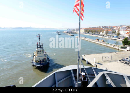 151109-N-VY489-019-Lissabon, Portugal (9. November 2015) The US 6. Flotte Kommando- und Schiff USS Mount Whitney - Stockfoto