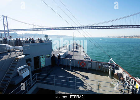 151109-N-VY489-036-Lissabon, Portugal (9. November 2015) The US 6. Flotte Kommando- und Schiff USS Mount Whitney - Stockfoto