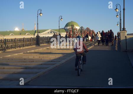 """26.03.2016 Russland, Moskau. Eine Reihe von """"Walking in Moskau. Moskau und Gesichter. """"  Ein Junge fährt Fahrrad - Stockfoto"""
