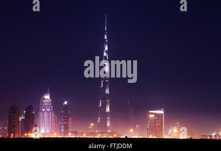Dubai Downtown mit Burj Khalifa in der Nacht - Stockfoto
