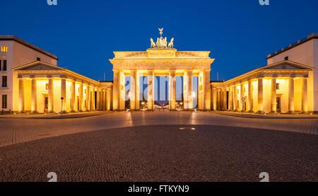 Das Brandenburger Tor (Brandenburger Tor) in der Abenddämmerung - Stockfoto