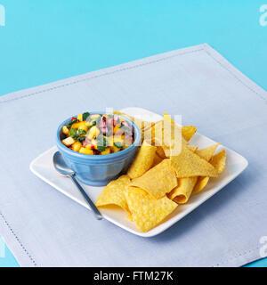 Platte von Salsa und Tortilla Chips - Stockfoto