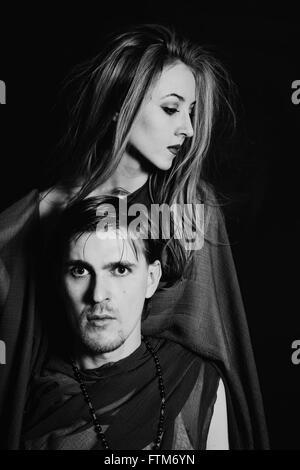 junger Mann und Frau auf schwarzem Hintergrund - Stockfoto