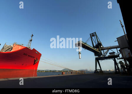 Shiploader und Schiff Inhaber Saga Wald Träger angedockt an der Seite der Hafen von Santos - Stockfoto
