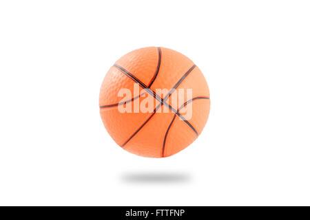 Schwimmende kleine Plastik aufblasbare Basketball Ball isoliert auf weißem Hintergrund - Stockfoto