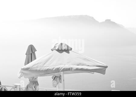 die Tabelle in Santorini Europa Griechenland alten Restaurant Stuhl und Sommer - Stockfoto