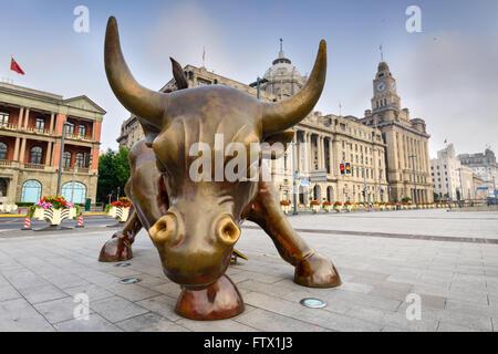 SHANGHAI, CHINA - 19. Juni 2014: Der Bund Stier Skulptur am Morgen. Die Arbeit wurde im Jahr 2010 vorgestellt. - Stockfoto