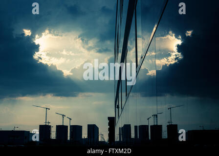 Silhouette der Baukräne spiegelt sich in der Gebäudehülle, Granada, Andaulcia, Spanien - Stockfoto