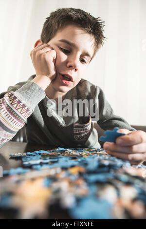 Junge Montage eine puzzle - Stockfoto