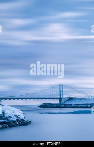Hängebrücke über Jökulsárlón Gletscher Eis Lagune, Island - Stockfoto