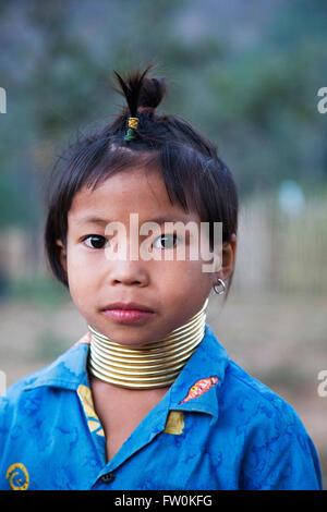 Nicht identifizierte Mädchen aus Karen Long Neck Village in der Nähe von Chiang Mai, Thailand. - Stockfoto