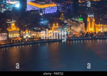 Bund oder Waitan Uferpromenade bei Nacht in Shanghai - Stockfoto
