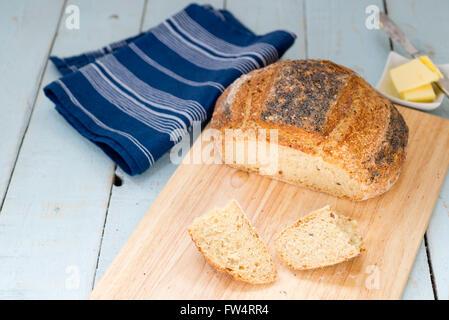 Laib frisch gebackene hausgemachte Struan Schnittbrot, auf einem rustikalen Tisch blau. - Stockfoto