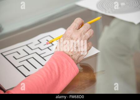 ältere Frau versucht einen geistige kognitiven test - Stockfoto