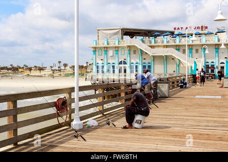 Mann, die Fischerei vor der Pier in Daytona, Florida, Amerika - Stockfoto