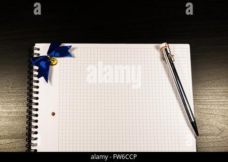 Notebook mit leeren Seiten öffnen und Bleistift auf schwarzem Hintergrund aus Holz - Stockfoto