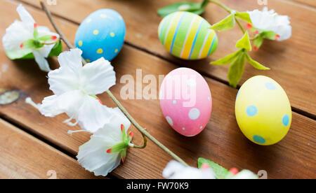Nahaufnahme von farbigen Ostereier und Blumen - Stockfoto