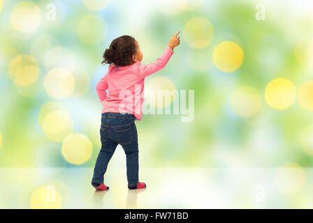 Afrikanische Baby Mädchen Zeigefinger etwas - Stockfoto