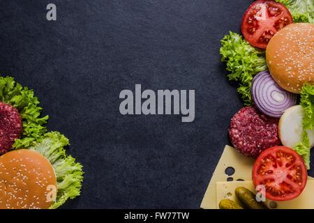 zutaten f r das kochen schwarz burger gegrillte frikadelle br tchen zwiebel tomaten salat. Black Bedroom Furniture Sets. Home Design Ideas