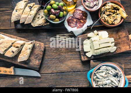 Tapas am Küchentisch, von oben, kopieren Sie Platz für Text oder Rezept. - Stockfoto