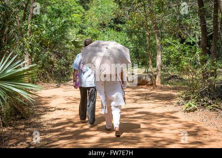 Menschen zu Fuß auf das Matrimandir in Auroville, eine experimentelle Township im Viluppuram Bezirk im Bundesstaat - Stockfoto