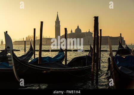 Gondeln im Morgengrauen vor der Insel und die Chiesa di San Giorgio Maggiore in Venedig - Stockfoto