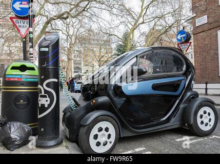 Ein Renault Twizy Elektro-smart Auto auf Aufladung an einem schnellen Aufladepunkt in Londons Soho. - Stockfoto