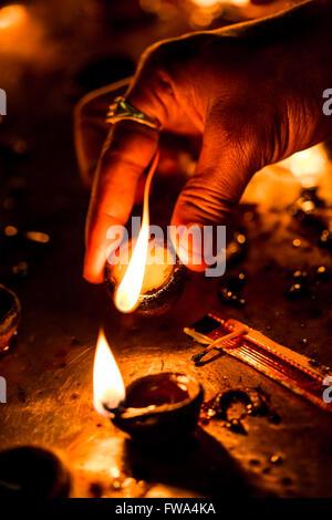 Brennende Kerzen im indischen Tempel. Das Lichterfest Diwali. Warnung - authentische Aufnahmen mit hohen Iso in - Stockfoto