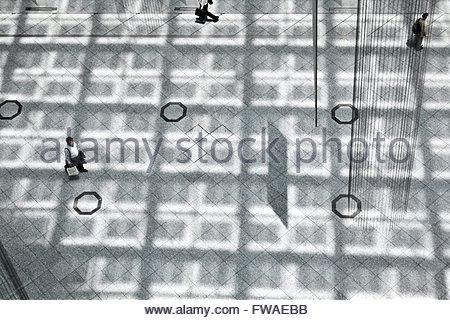 Draufsicht von Menschen zu Fuß auf einem öffentlichen Platz Stock mit Licht vom Dach Muster - Stockfoto