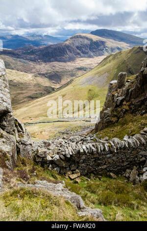 View SE zu entfernten Moel Hebog Berg, der über Cwm Pennant von Craig Cwm Silyn auf der Nantlle Ridge in Snowdonia - Stockfoto