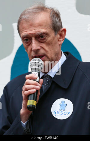 Turin, Italien. 2. April 2016. Turins Bürgermeister Piero Fassino spricht während der Worls Autism Awareness Day. - Stockfoto