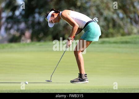 Rancho Mirage, Kalifornien, USA. 2. April 2016. Michelle Wie trifft einen Putt in der dritten Runde der 2016 ANA - Stockfoto