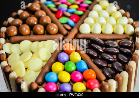 M & Ms, Milky Way Buttons, Maltesers, Smarties Spielleute und Schokolade Finger oben auf einer Geburtstagstorte - Stockfoto