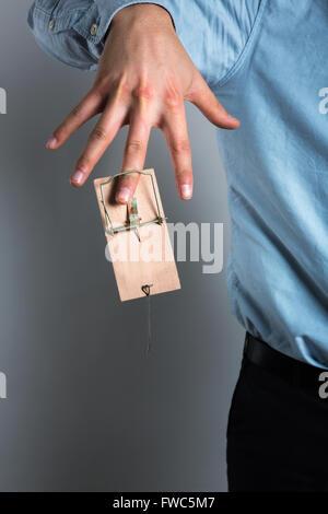 Das Unternehmer Hand in der Mausefalle - Stockfoto